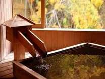 紅葉を望む客室風呂では、鮮やかな木々の色づきをお愉しみいただけます。