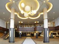[ロビー]石畳と和紙の照明でお出迎えする「ジャパニーズ モダン リゾート」がテーマのロビーです。