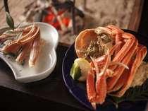 カニプランの茹でたずわいがにと囲炉裏で焼く生ガニ。網に載せると磯の香りが広がる。