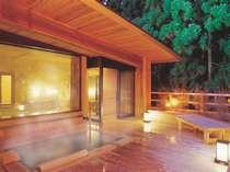 夜にはライトアップされた森林を眺めながら幻想的な空間で源泉かけ流しの湯を楽しめます。