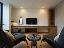 芸術性の高いメキシコ人デザイナーによる家具と北欧ヴィンテージ家具とアートが調和した上質なお部屋。