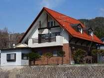 オレンジ色の屋根が目印。北アルプスの見晴らし良好。
