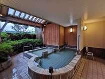 同時に10名様ほどは入れる贅沢な貸切露天風呂は先着無料です。
