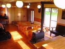 「食堂兼談話室」冬は薪ストーブで暖をとります