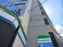 ホテル外観※1F直営のファミリーマート併設