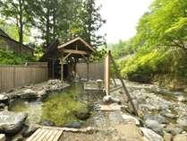 【川龍】渓流沿いの大露天風呂。常時貸切で利用するので、景色も温泉も贅沢にお楽しみ下さい♪