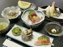 *【夕食全体】地元で揚がる海の幸を中心とした、お食事をご用意させて頂きます。
