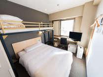 ダブルサイズベッドの上にシングルサイズのロフトベッド付き。お子様に大人気♪(12平米)