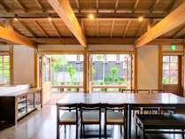 タイプ3:1階のダイニングキッチンより中庭を望む