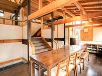 タイプ3:1階ダイニングキッチンとそこから中2階のリビングへ続く階段