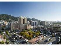 JR呉駅下車徒歩1分 駅ビル1階には,スーパー(9:00~22:00)やコンビニ(6:00~24:00)もございます。