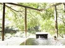 渓流沿いの露天風呂「七実の湯」。貸切で利用できる。