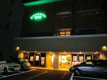 建物のかわいい照明が皆様のご到着される駐車場を照らしています。
