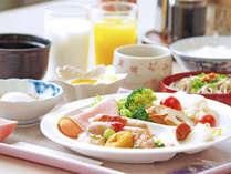 *バイキング形式の朝食。割子蕎麦やのやき(蒲鉾)など地元特産品も! 日により食材は変わります