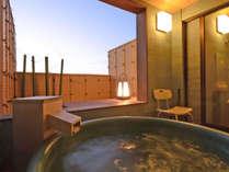 *特別室の露天風呂:日の出前の朝焼け。刻々と変わる空の色をお楽しみください。