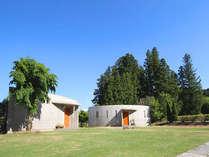 完全戸館の贅沢なフラット館、中庭がついておりそこには屋根付き露天風呂完備。洋室、和洋室の2部屋構成