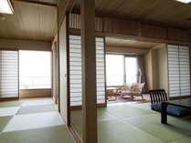 【東館二間】心からおくつろぎいただける和室。お部屋からは碧い三河の海が広がっています