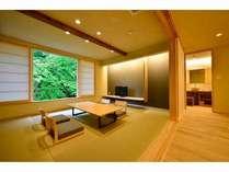 清流を眺める半露天付風呂付客室。