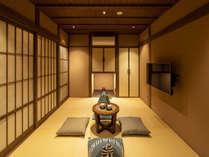 金沢「ひがし茶屋街」徒歩圏内。地元作家による竹細工のアートが彩る町家。最大4名。檜の浴槽付き浴室。