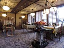 *[食堂/ダイニングルーム]花が溢れオリジナルデザインの照明が食卓を彩ります。