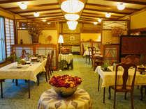 *[食堂/ダイニングルーム]オリジナルの照明と和モダンなデザインが特徴的。季節の花々が彩を添えます。