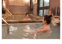 2種類の泉質が楽しめる内湯