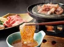 きめ細かいサシの入った「秋田由利牛」を鉄板でしゃぶしゃぶして、比内地鶏の卵入り特製ダレ
