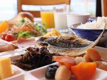 朝食は、オーシャンビューのレストランで和洋バイキングを。