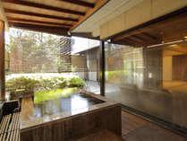 【露天風呂付和室】坪庭を眺めながらゆっくりと旅の疲れを癒してくれます。