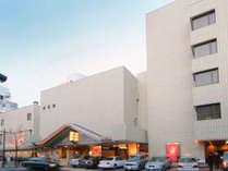 【ホテル外観】駐車場は無料でご案内しております。