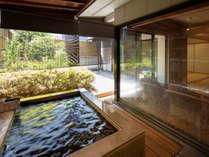 ●【露天風呂付和室】坪庭を眺めながらゆっくりと旅の疲れを癒してくれます。