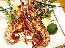 房州産伊勢えびの鬼殻焼きは、醤油とみりんの特製のタレで焼きあげます。