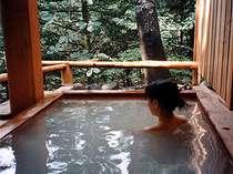 乳白色の天然温泉。渓谷を眺めながら貸切でのんびり。