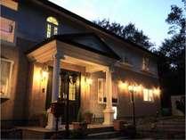 館内はイタリア製の家具や照明で統一されたお洒落な空間