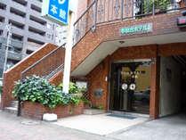 西鉄バス停平和台通りより徒歩1分☆全プラン無料朝食サービスでお迎え致します♪