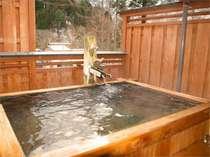 ○ご主人手造りの檜露天風呂(無料貸切できます)貸切露天風呂には洗い場はございません。