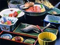 ○飛騨牛の陶板焼き他、地の物が並ぶ山里ならではの料理