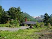 敷地は国立公園内にあり、どの場所からも自然に包まれるように見えます。