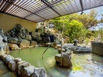 【月の湯】石を基調とした景色に調和する露天岩風呂。