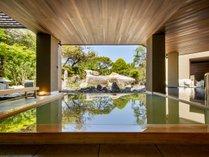 【月の湯】庭園を望む露天風呂。