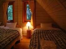 屋根裏ベッドルームは木の温もりとナチュラルなインテリアが非日常を演出♪