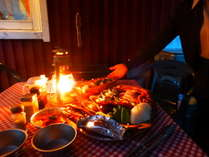 各コテージのウッドデッキで楽しめる炭火焼BBQは楽しさ満点!ランタンの灯りが素敵です!