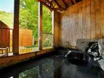 【秘湯めぐり・東屋】上杉家の貸し御殿時代の庭石を手彫りした「石風呂」