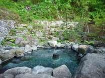 【秘湯めぐり・東屋】秘湯感が漂う岩づくりの露天風呂。開放的な湯浴みを愉しめます。