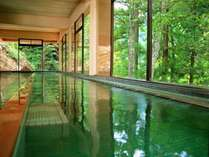 【秘湯めぐり・中屋不動閣】名物・オリンピック風呂。男女合わせて33mという長さを持つ景色自慢のお風呂。