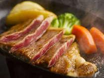 【「米沢牛のステーキ」】目の前で焼き上げるステーキでうまみが凝縮した味わいを引き出します