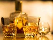 【ご夕食後はナイトバーへ】食後はウイスキーやバーボンでまったりと。