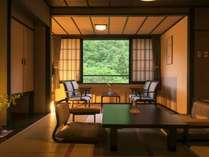 【 雪月花タイプのお部屋】 静かに佇む和室。窓からは四季折々に移ろう白布深山の美しい風景が広がります。