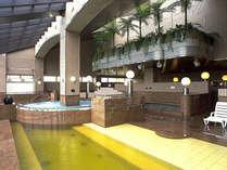 【大浴湯(源湯)】湯舟のふち溢れる豊富な湯は100%天然温泉の証。体の芯までぽかぽかになります