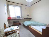 【洋室シングル】ベッドは畳敷き仕様です。